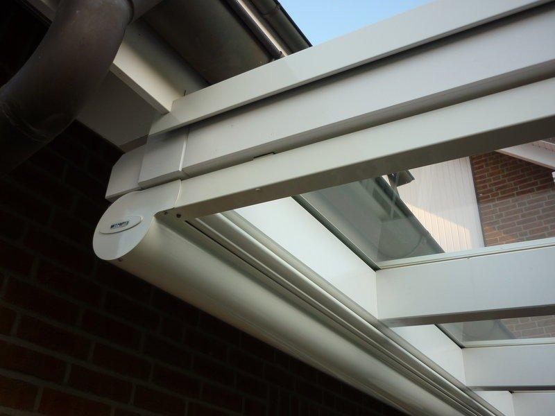 Terrassenüberdachung Mit Sonnenschutz : Terrassenüberdachung mit Sonnenschutz unterhalb der Sparren