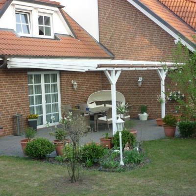 Terrassenüberdachung mit Sonnenschutz unterhalb der Sparren