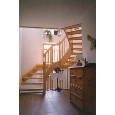 Kiefern-Treppe mehrfach abwinkelt