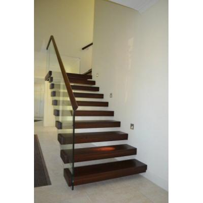 Treppe mit Glas-Steigegeländer